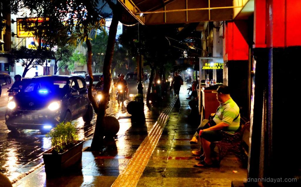 Duduk Santai di gelap malam jalan braga
