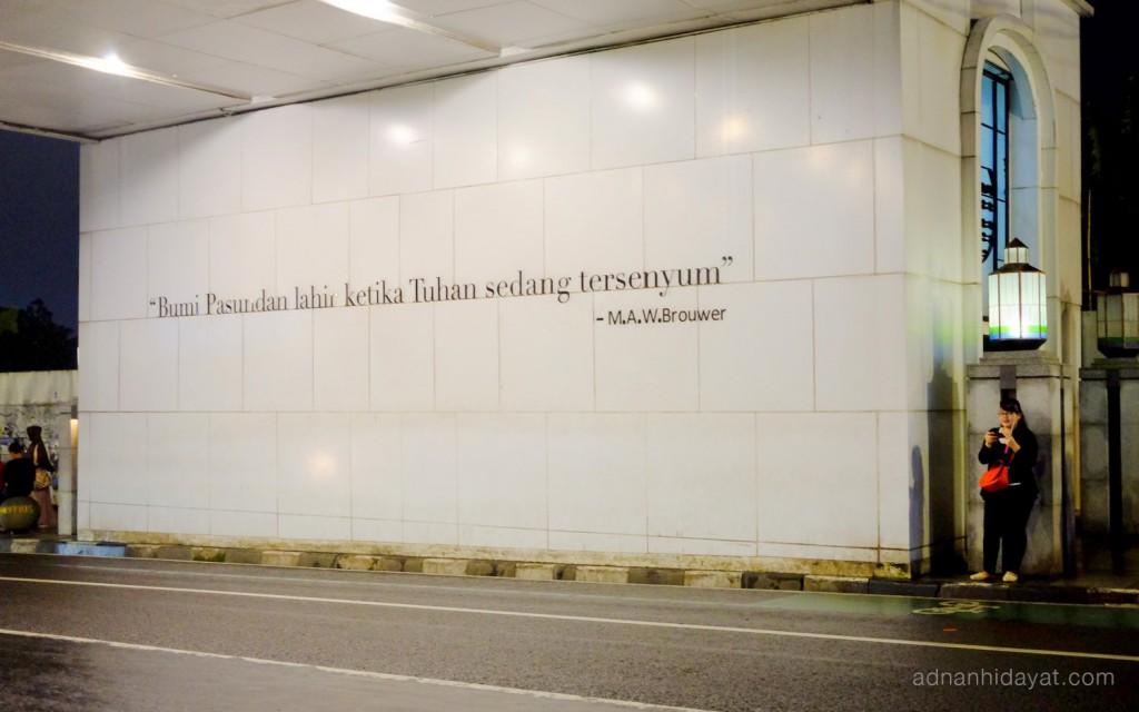 Cukup kreatif, quote tentang optimisme, di dinding jembatan penyebrangan. Jalan Asia Afrika